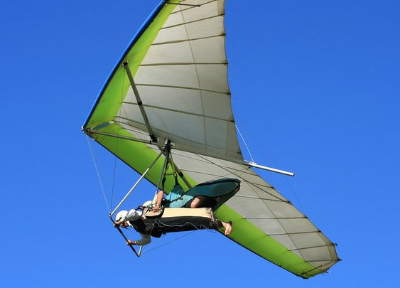 Hang glider clutches to aircraft at 4,000 feet after pilot forgets to attach him   Fox News