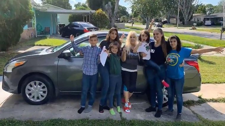 Sheriffs give car to 20-year-old raising five siblings